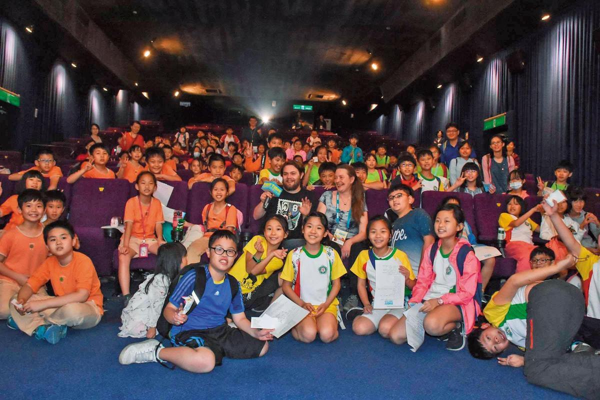 《西西夢遊仙境》導演莉娜哈諾克萊恩與台灣的小學生舉行映後座談並合影。( 台灣國際兒童影展供)
