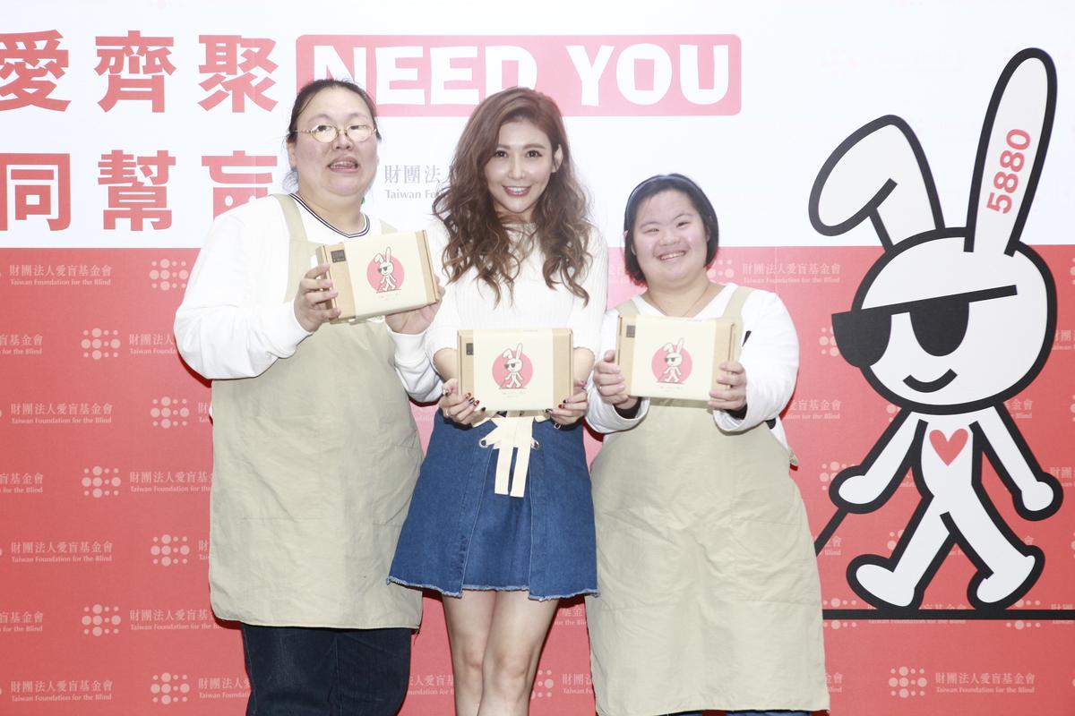 愷樂現身公益活動,大方捐出10萬台幣的金鐘得主獎金行善,與愛盲庇護工廠員工開心合影。