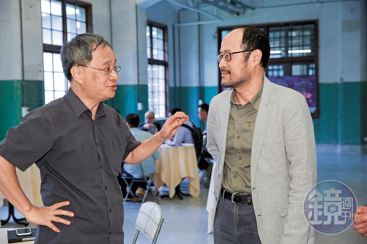 台北市文化局長鍾永豐(右)非常支持影視音創投會,他與台北市文化基金會董事長小野(左)在創投會上交換不少意見。