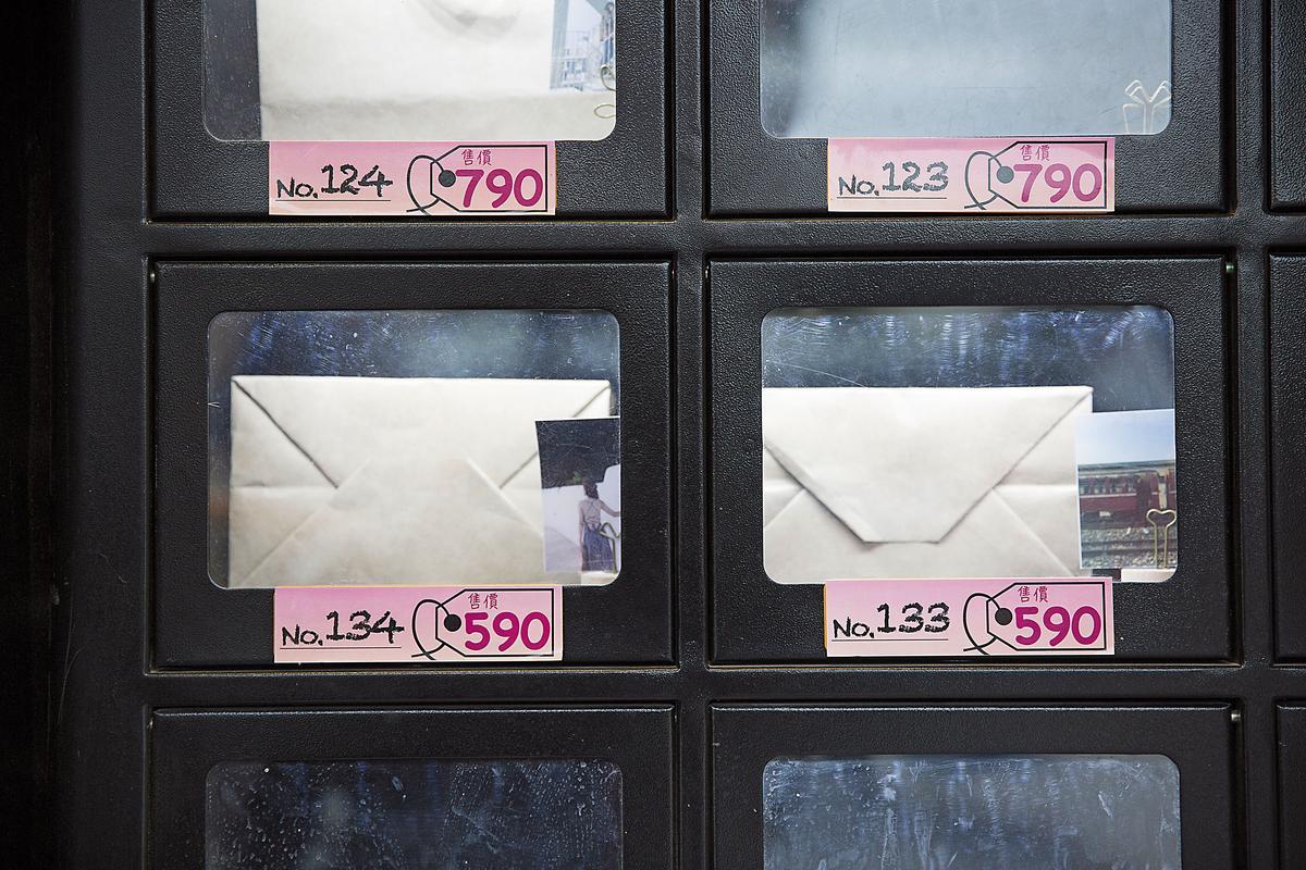 交友販賣機產品從290元到990元不等,裡面只有女孩聯絡方式及神祕禮物。