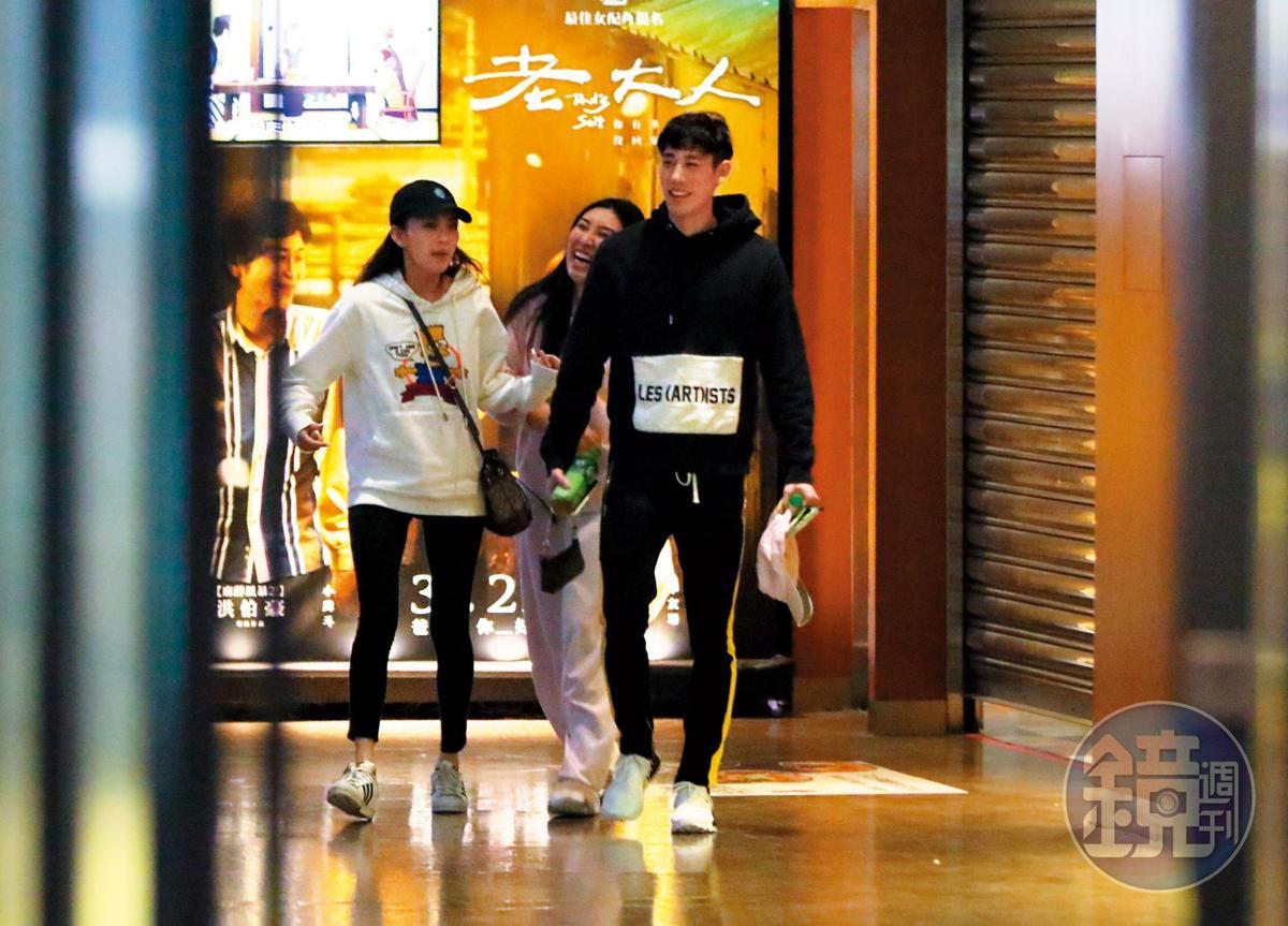 3月11日01:22,看完電影,林書緯一行3人有說有笑走出影廳準備回家。