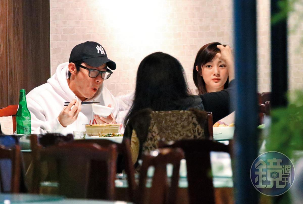 19:35 王淨(右)早已在餐廳內等候,兩人並肩用餐,坐在對面的是王柏傑父母。