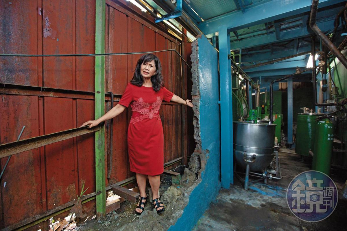 榮泉汽水工廠因為緊鄰鐵路,施工造成圍牆坍塌,老闆娘陳滿卿痛批,鐵工局丟給承包商處理,對方卻態度蠻橫,還當眾羞辱她。