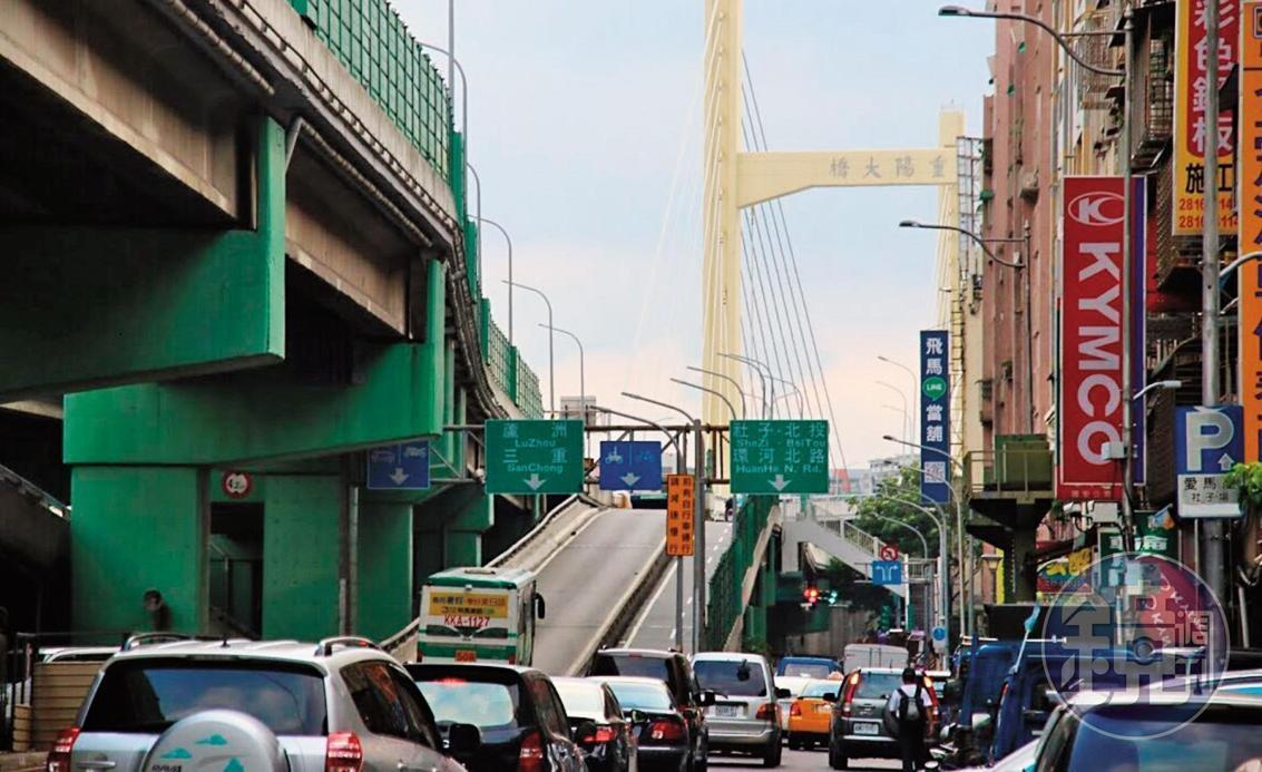 台北市重陽橋下車流不息,是玉蘭花小販的兵家必爭之地。