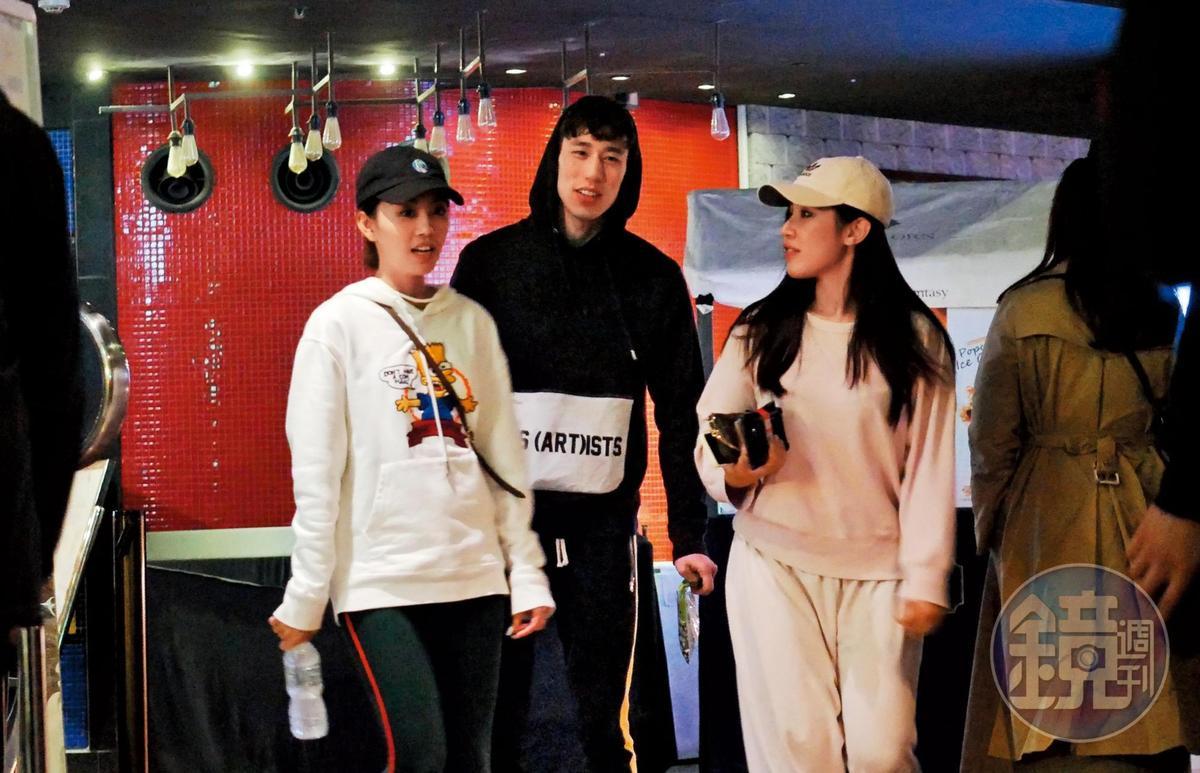 3月10日23:00,林書緯(中)和黑帽運動妹(左)、白帽運動妹(右)走入影廳,準備觀賞《驚奇隊長》。