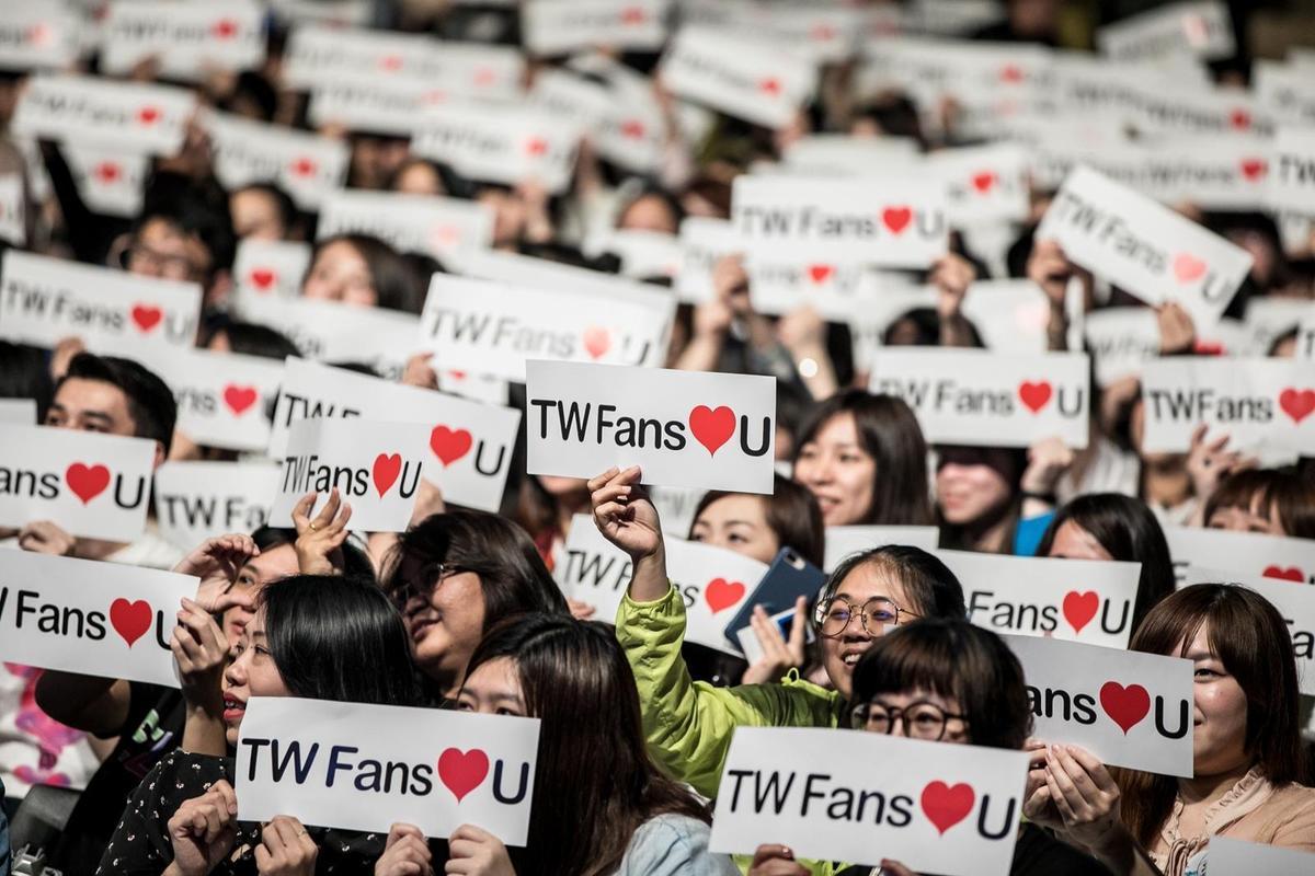 《一年生2》的台灣粉絲以手幅與變色手機燈應援,讓演員們感受到用心。(佳音娛樂提供)