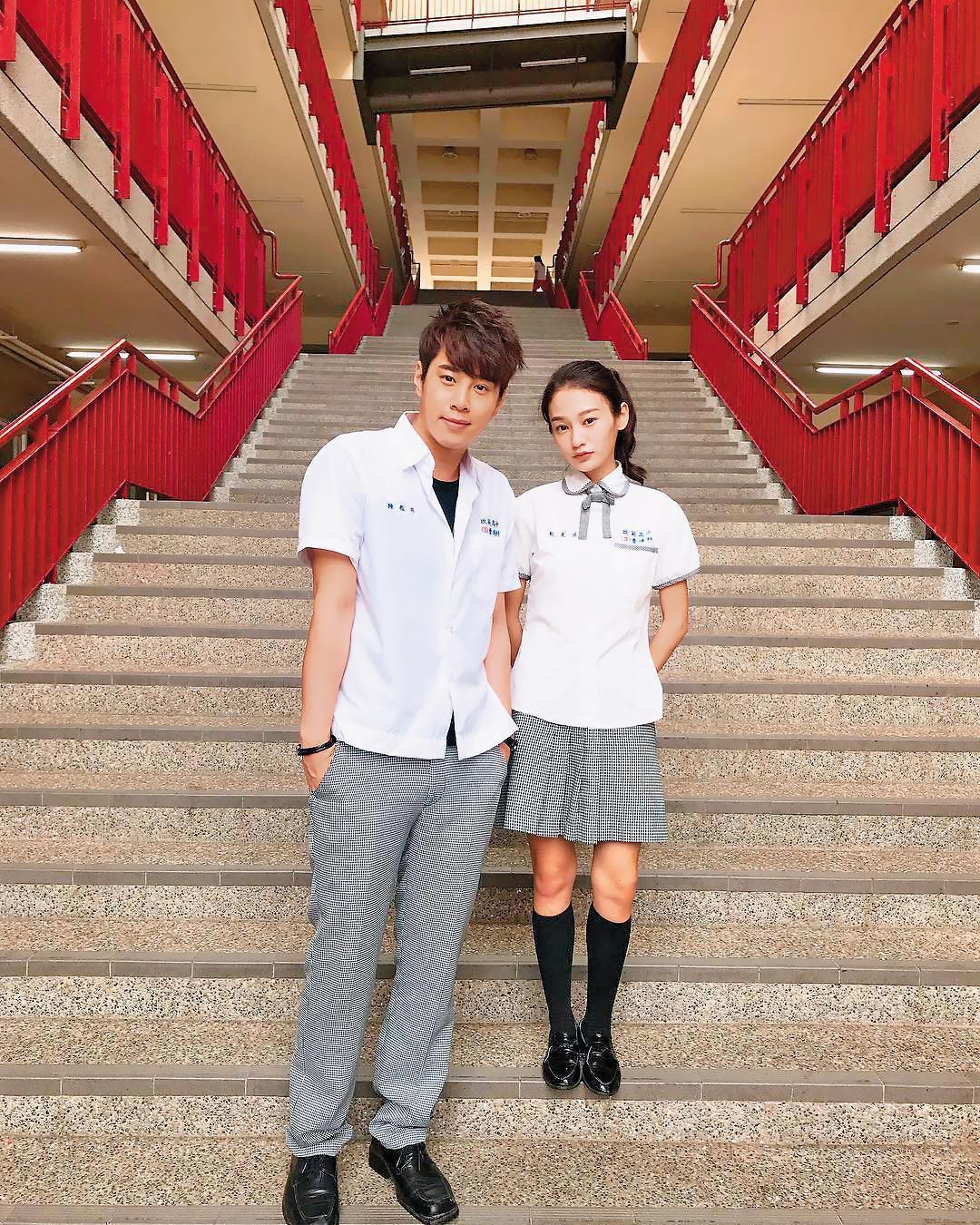 王顗婷(右)在《我的老師叫小賀》中飾演戴米淇,角色個性轉折頗大。左為同劇演員吳東諺。(翻攝自吳東諺IG)