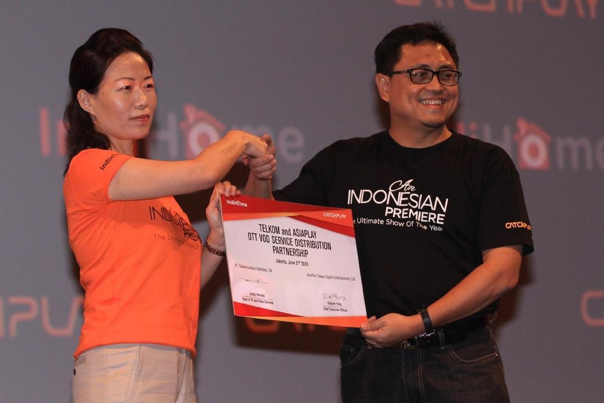 楊麗貞與印尼最大電信集團Telkom家庭影視娛樂策略總監Mr. Joddy Hernady,於印尼記者會共同宣佈CATCHPLAY ON DEMAND合作細節。(CATCHPLAY提供)