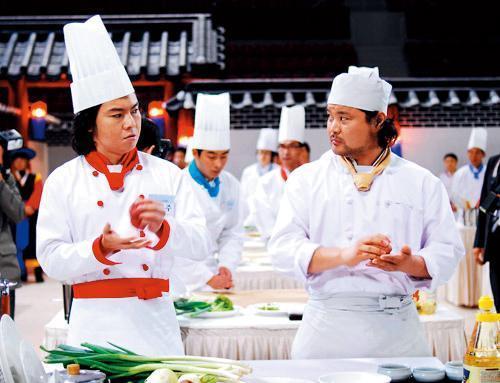 改編自長篇連載漫畫的電影《食客》,讓申東益成為以IP改編著稱的編劇。(翻攝自Daum網站)