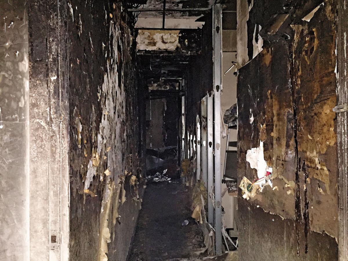 老舊公寓被燒成一片焦黑,牆上壁紙燒到只剩灰燼。
