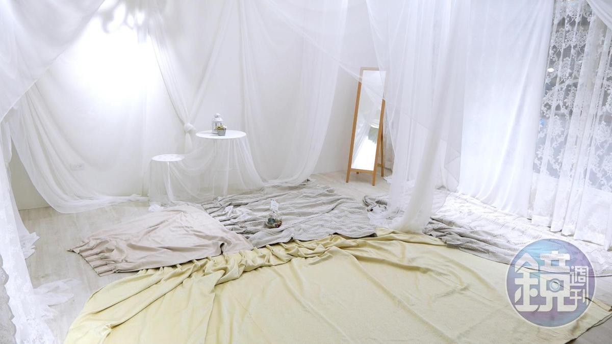 為了避免白棚地板因長時間曝曬變質,平時會用布蓋起來防曬。