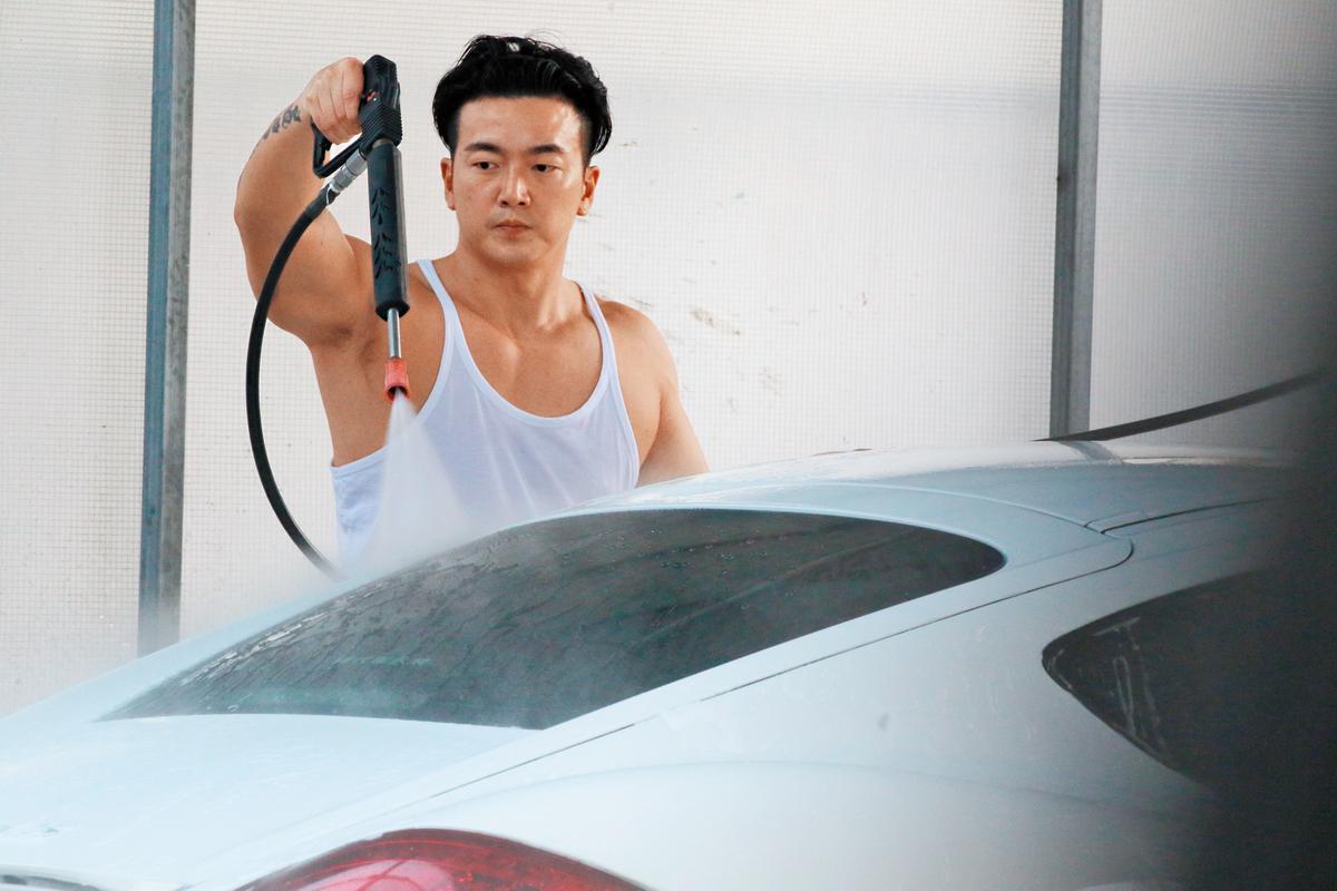 11/12 13:21 本刊直擊李沛旭專心洗車,對待車有如另個愛人。