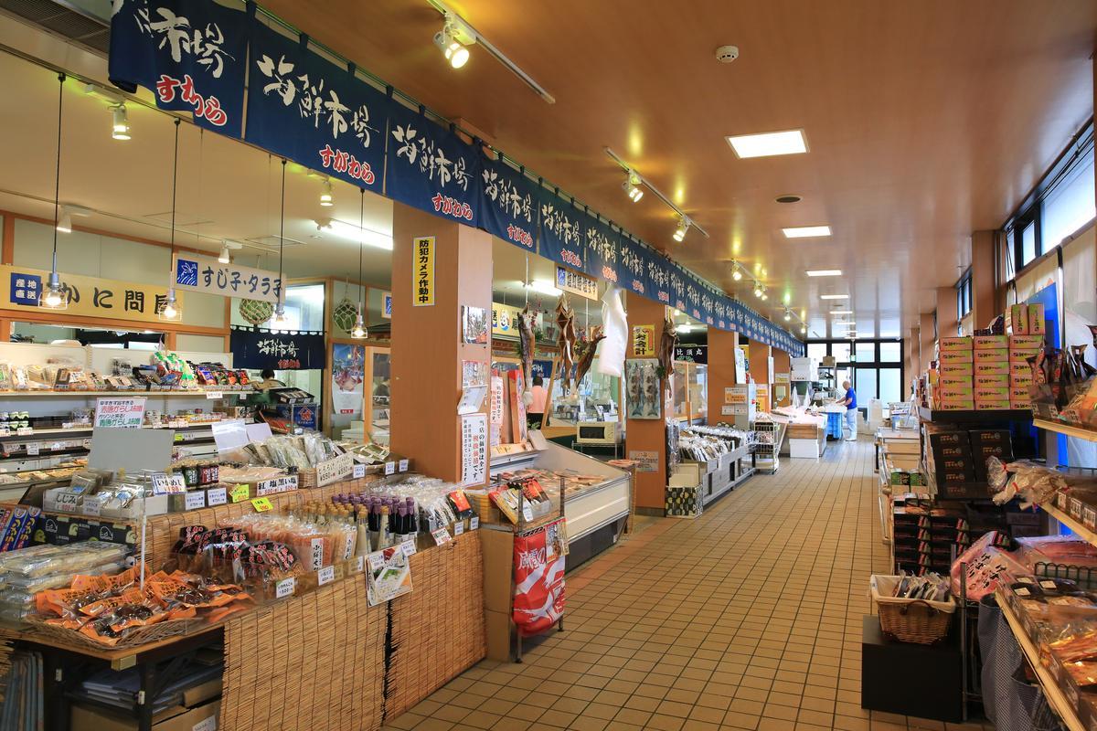 一樓的「菅原鮮魚海鮮市場本舖」,有新鮮及加工海鮮。