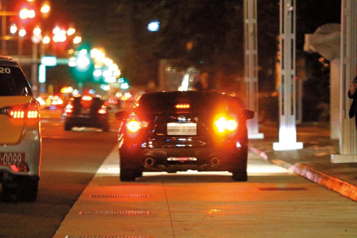 6月1日,本刊直擊,傳說中唐從聖的台大護士女友上了他的車,並且一路在台北街頭急衝。
