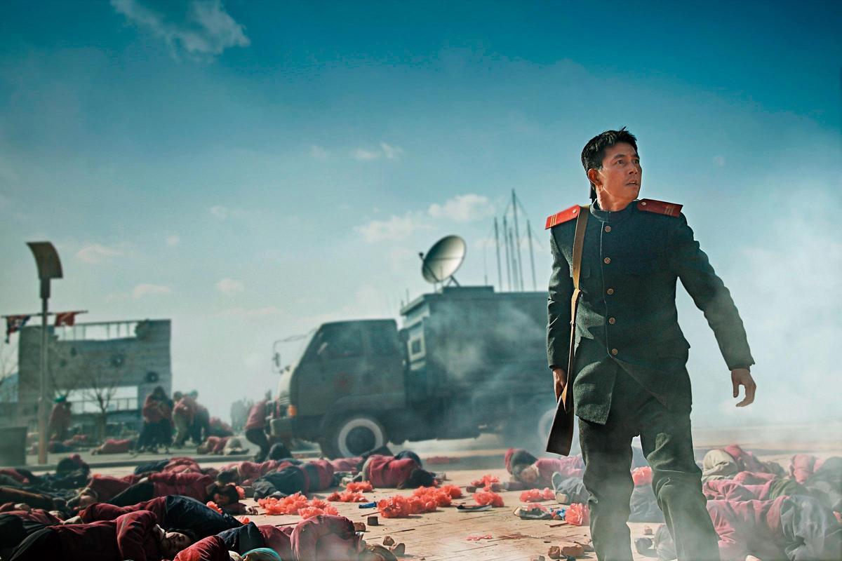 《鋼鐵雨》描述鄭雨盛(圖中)飾演的北韓特勤探員,與韓國外交安全首席祕書聯手阻止核危機。(NEW提供)