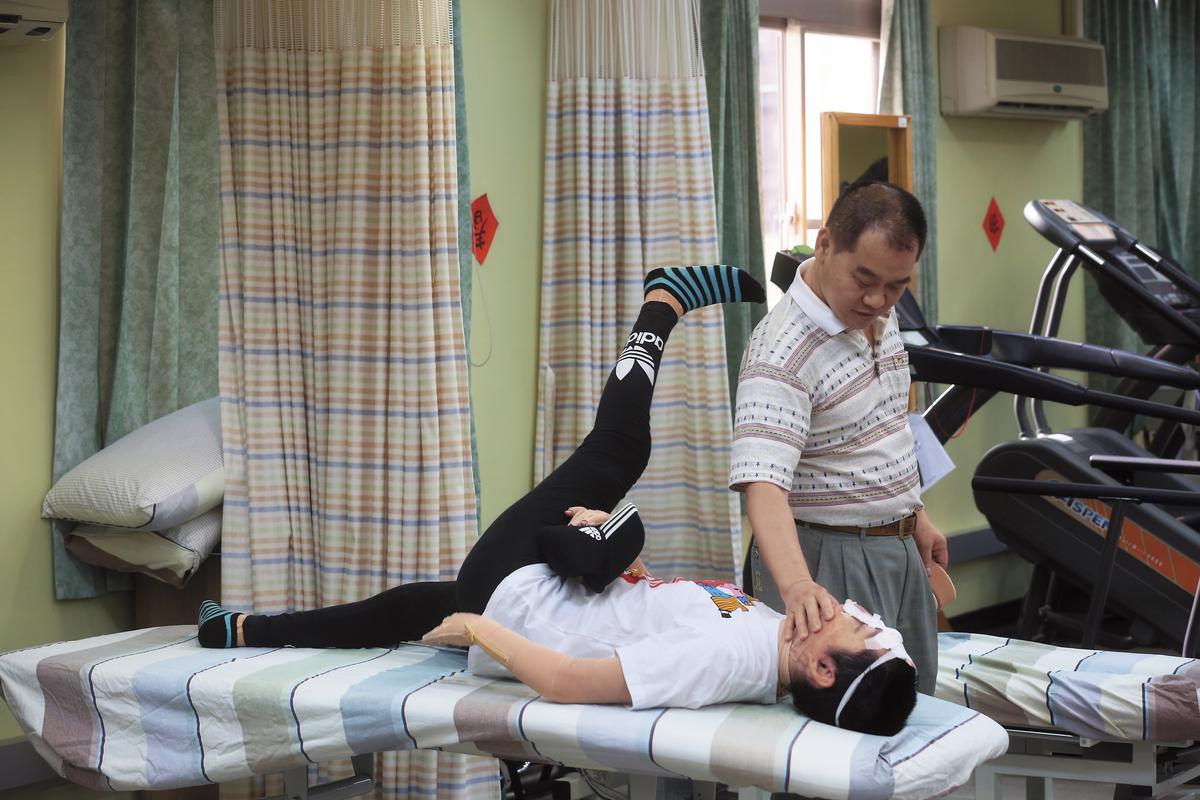 陳依欣的爸爸每天陪她到新北重建中心做復健,自嘲把這一段時間當做是「休假」。