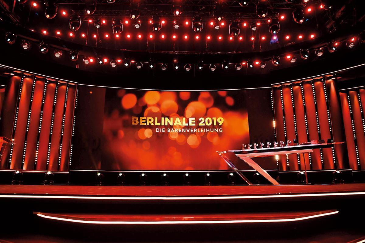 今年柏林影展的頒獎典禮舞台以紅色為主調。(東方IC)