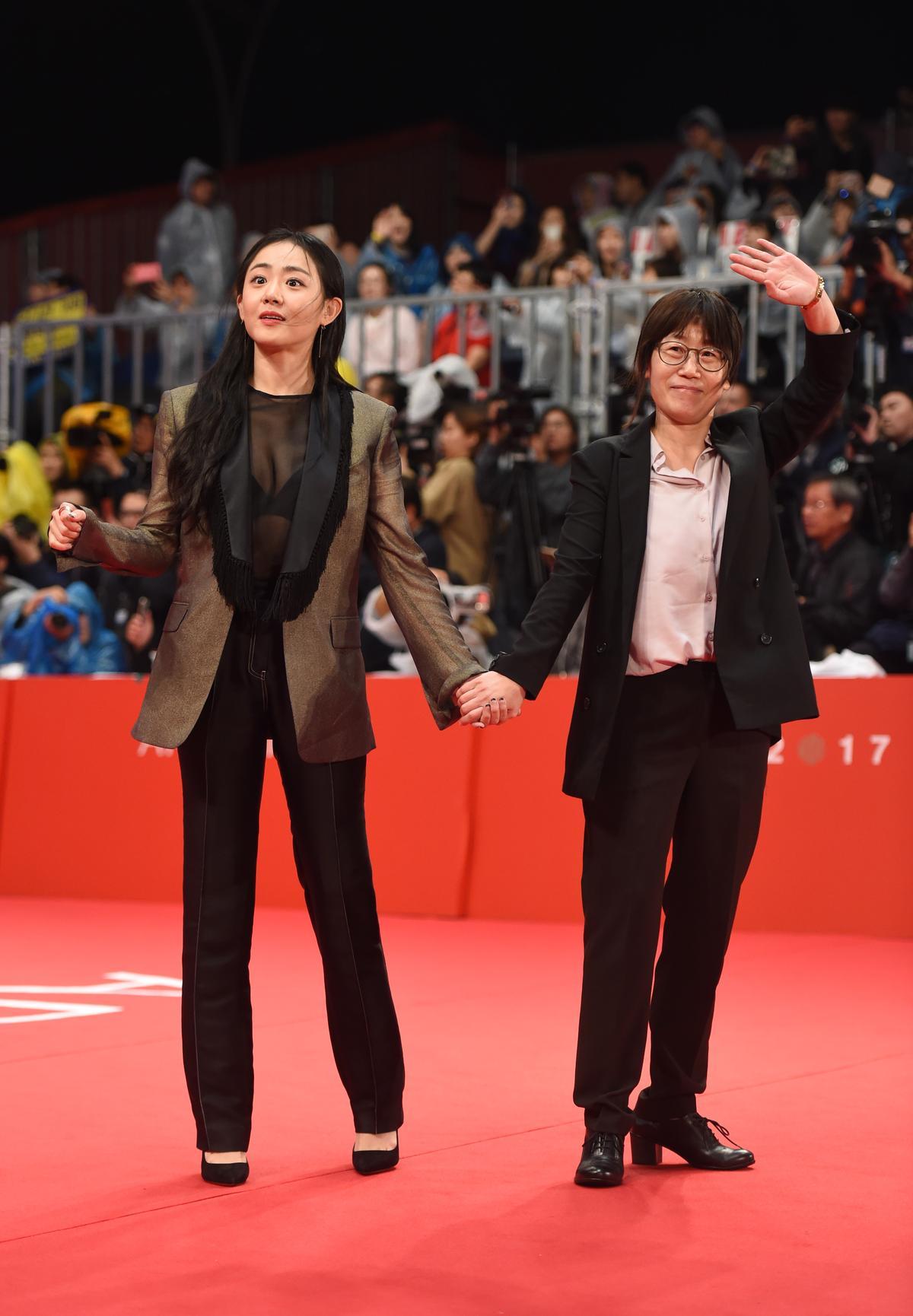 恢復健康的文根英(左)以透視上衣搭配褲裝,兼具帥氣性感。(東方IC)