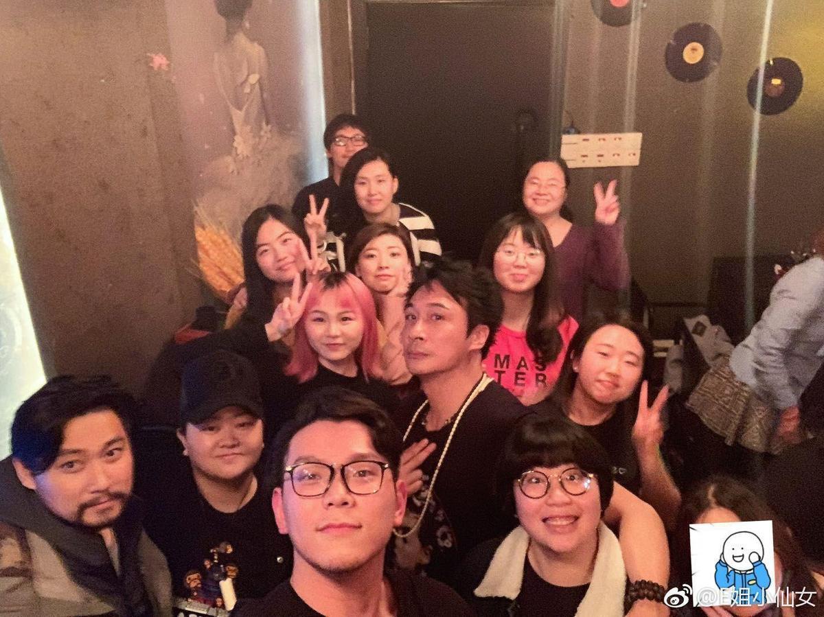 吳鎮宇在北京喝酒與團隊及友人喝酒唱K,不克出席頒獎,悲情的他今年仍然無法在影帝項目開胡。(翻攝自E姐小仙女微博)