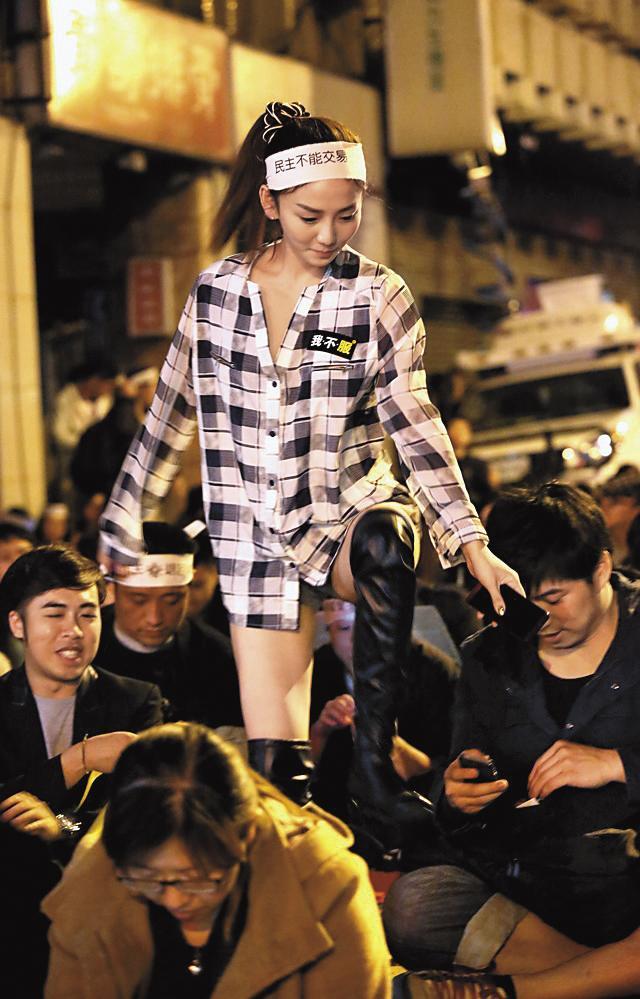「太陽花學運」時,劉喬安因為1張爆片翻紅,引發政論節目「物化」她而遭罰錢。(翻攝拼穀部落格)