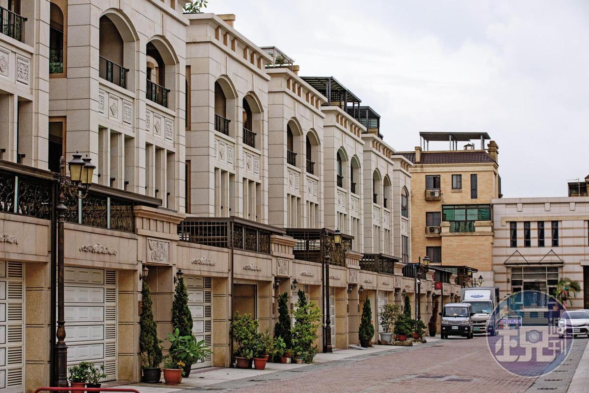 爆料者透露,郭芳良原住在高雄市德威街一處7層樓透天豪宅,近來卻疑似移往義大大昌醫院後方的新豪宅(圖)。