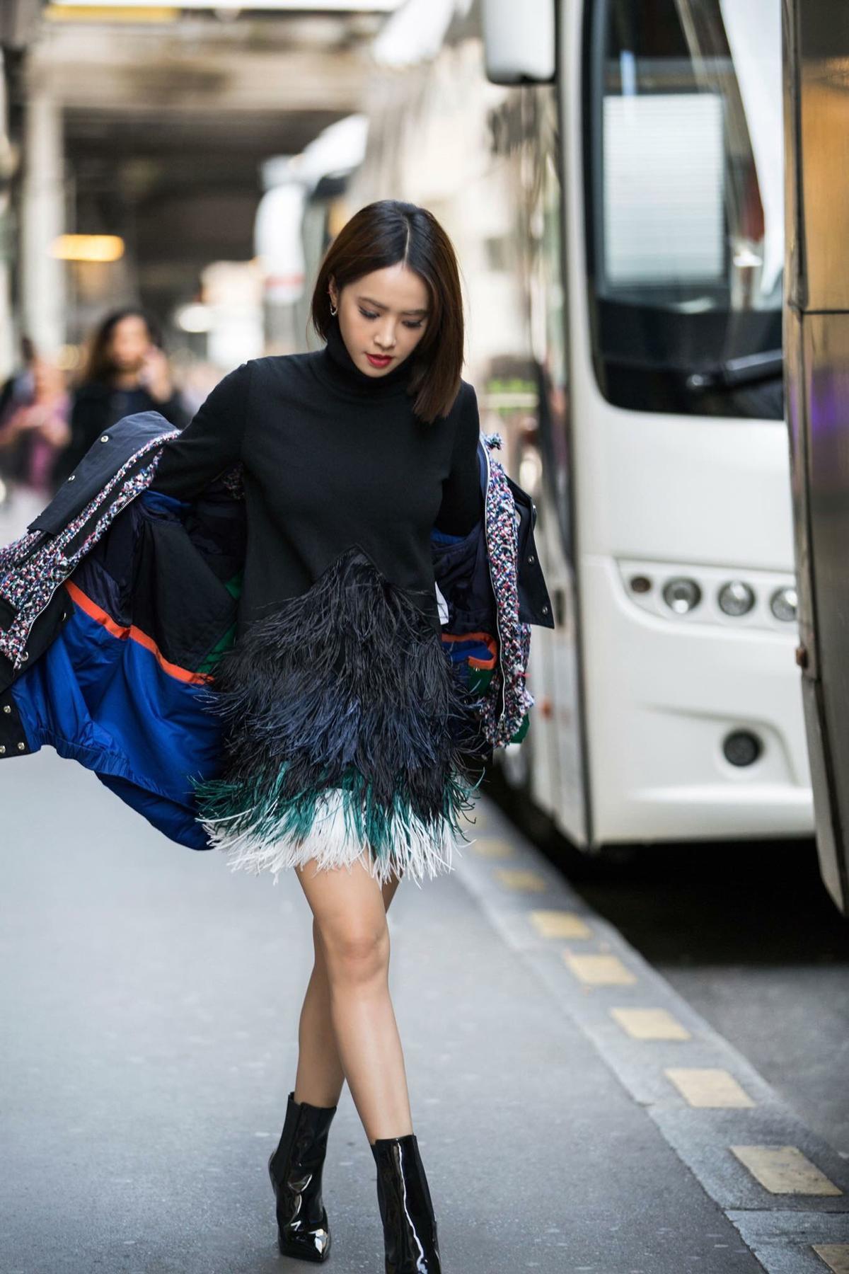 羽毛系列的服裝能成就氣勢也能變LOW,蔡依林在國際時裝周上將羽毛裙,反差搭配外套,呈現矛盾美。(摘自蔡依林粉絲臉書)