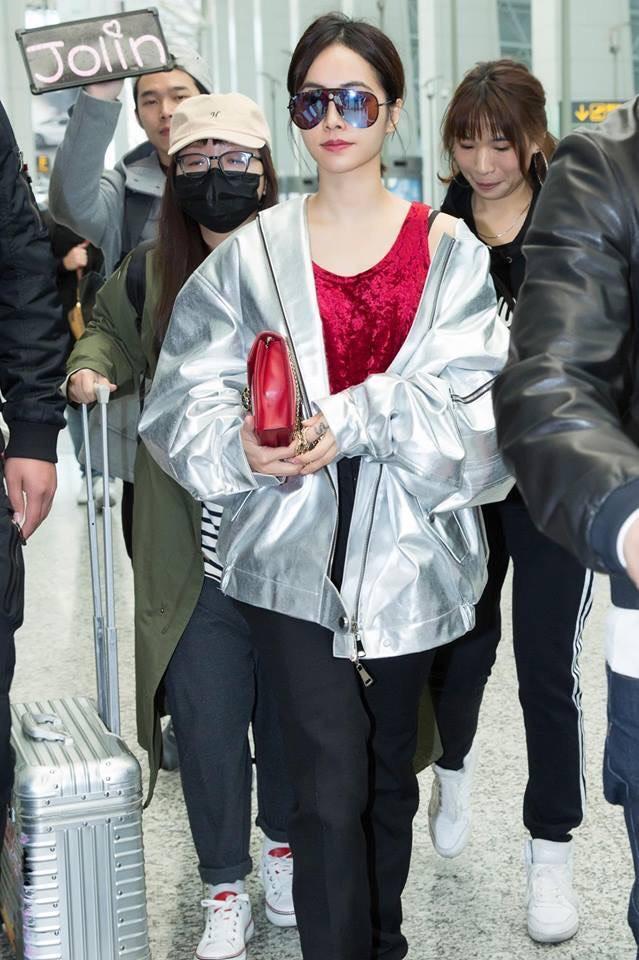 冬天來了,蔡依林就算時尚也怕冷,穿著對比強的羽絨衣,在配上寶格麗小包,集時尚與休閒於一身。(摘自蔡依林粉絲臉書)