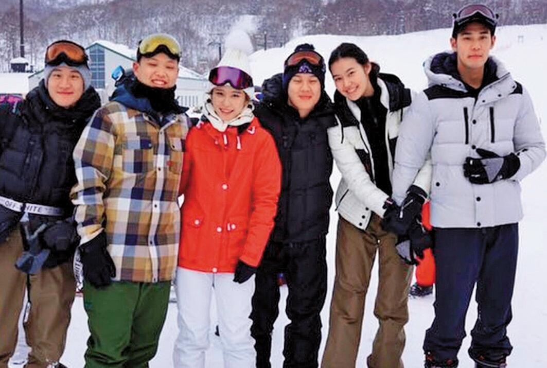 周予天(右一)和董若彤(右二)與友人滑雪,兩人愛意藏不住,在雪中牽手。(讀者提供)