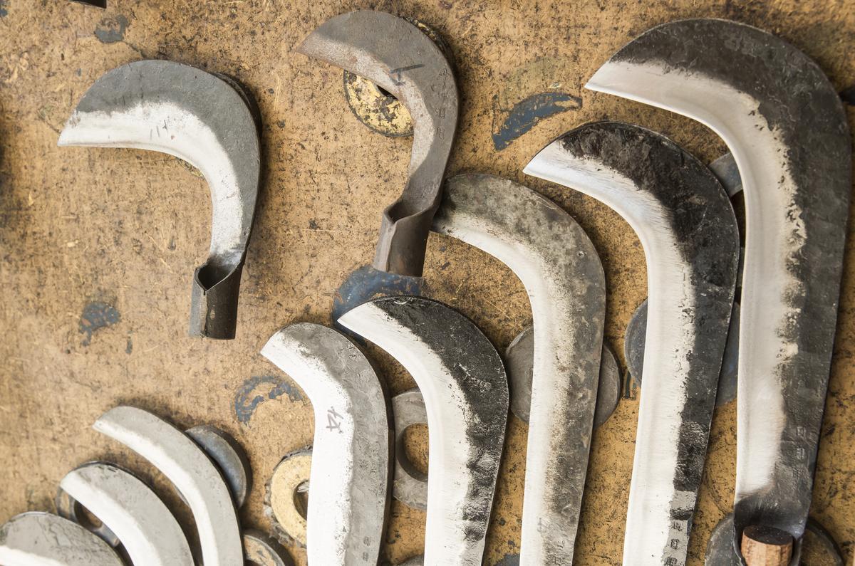 每到清明時節,各式鐮刀成為店內暢銷品。