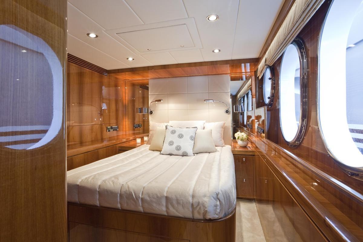亞果遊艇內的裝備豪華,讓人彷彿置身在五星級飯店。圖為主臥室(亞果提供)