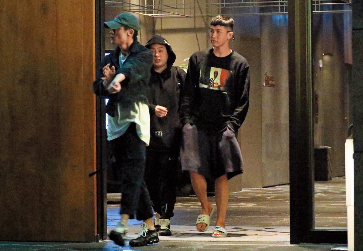 12月12日 23:20 柯震東(右)深夜跟友人出遊,身邊已經沒有李毓芬的身影。
