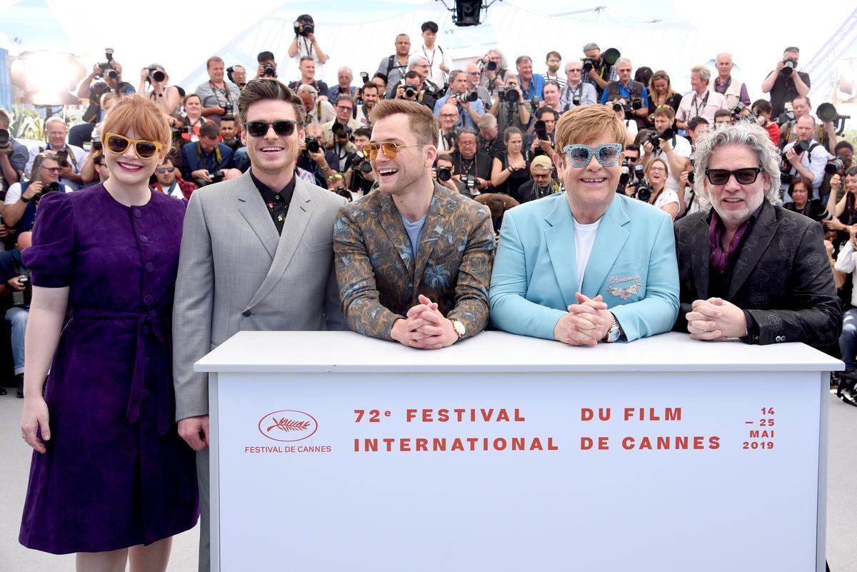 為了配合艾爾頓強(右2)的墨鏡打扮風格,《火箭人》演員布萊絲達拉斯霍華(左起)、理察麥登、泰隆艾格頓、以及導演戴克斯特佛萊契(右1),紛紛戴上了墨鏡。(UIP提供)