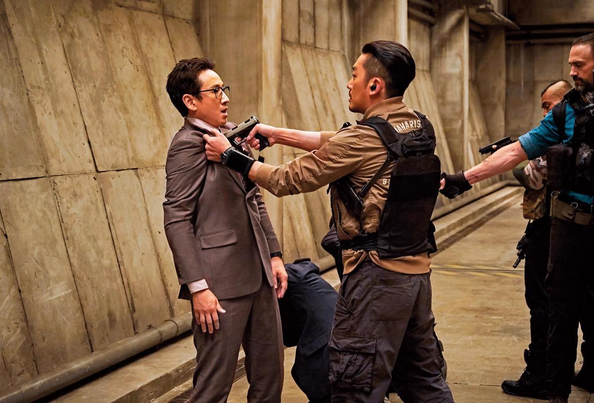 《90分鐘末日倒數》中河正宇(右)與李善均(左)飾演的北韓醫生有眾多衝突場面。(華聯國際提供)