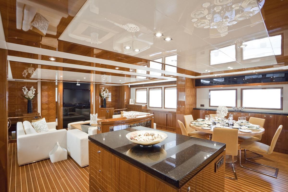 亞果遊艇內的裝備豪華,讓人彷彿置身在五星級飯店。圖為Salon間(亞果提供)