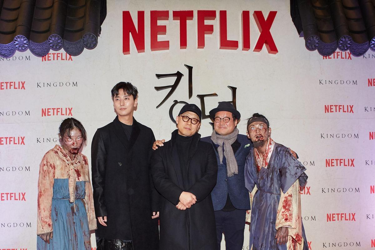 左右兩位活屍演員曾出現在《李屍朝鮮》的哪一幕,你找得出來嗎?(NETFLIX提供)
