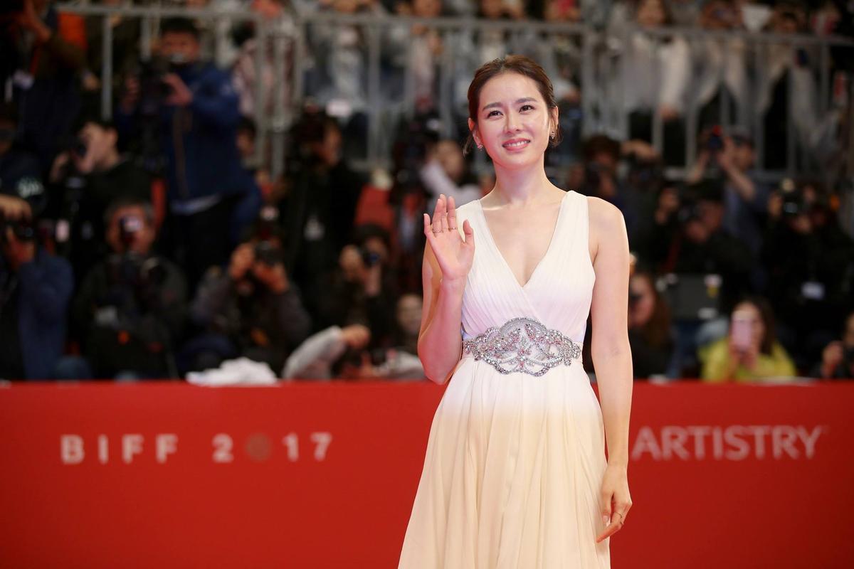 張藝珍一身白色禮服,贏得美評。(翻攝BIFF FB)