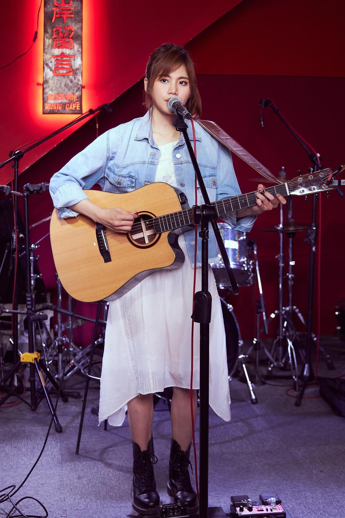 吴汶芳抱着吉他演唱自己的创作,一度哽咽。(福茂唱片提供)