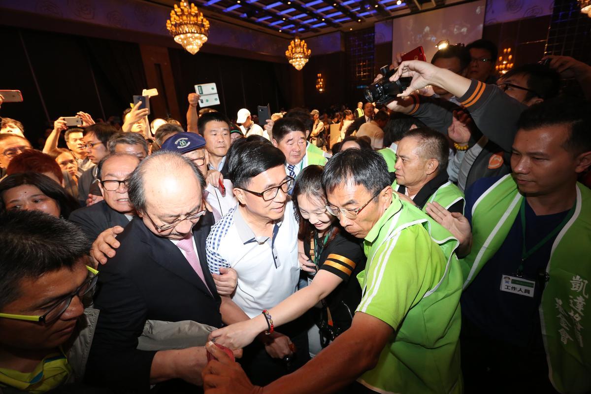 陳水扁從大門到主桌約50公尺,他走了近7分鐘才到。