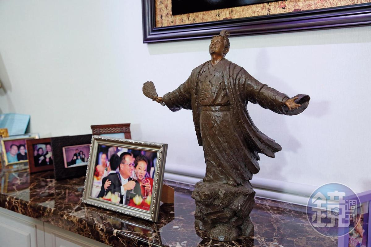 王令麟辦公室內一尊朋友送的孔明像,提醒他隨時長智慧。