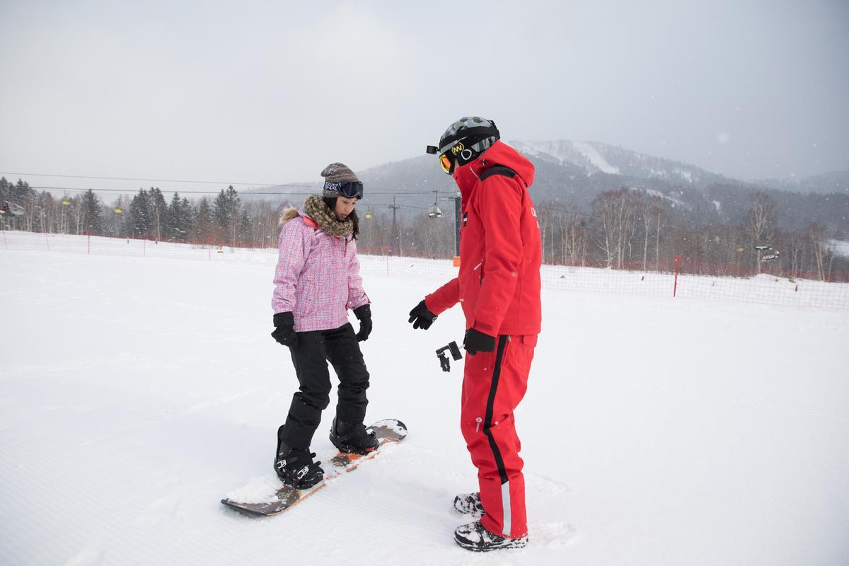 雙板雖然較為困難,但經由個別指導,初學者也可以慢慢滑行。