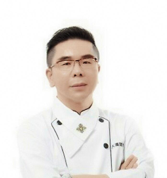 外表穿著普通的廚師可不是一般人,他正是在宗教界頗具知名度的素食大亨郭芳良。