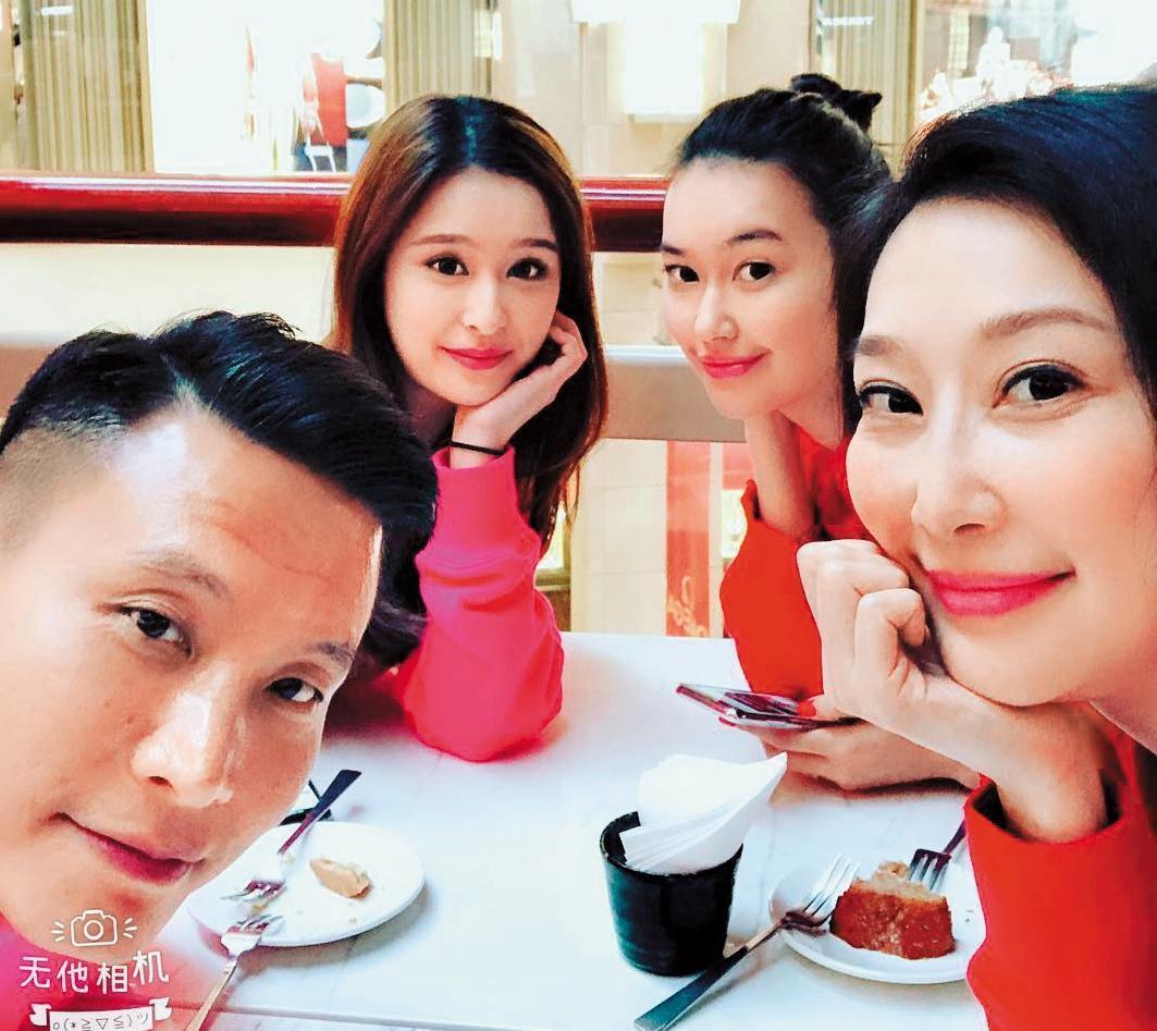 錢德月(右)與第二任丈夫Peter陳(左),以及各自的女兒董若彤(右二)與CC。(翻攝自錢德月IG)
