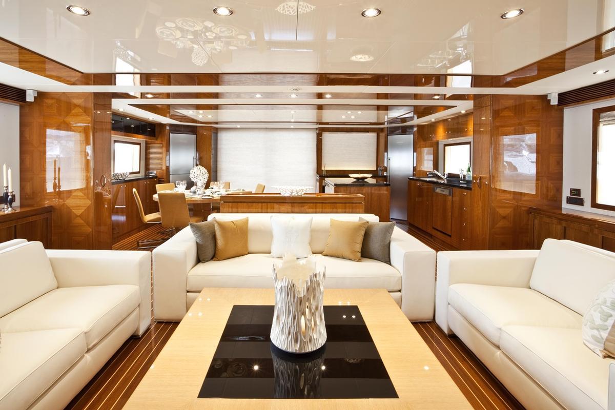 亞果遊艇內的裝備豪華,讓人彷彿置身在五星級飯店。(圖為沙發區)