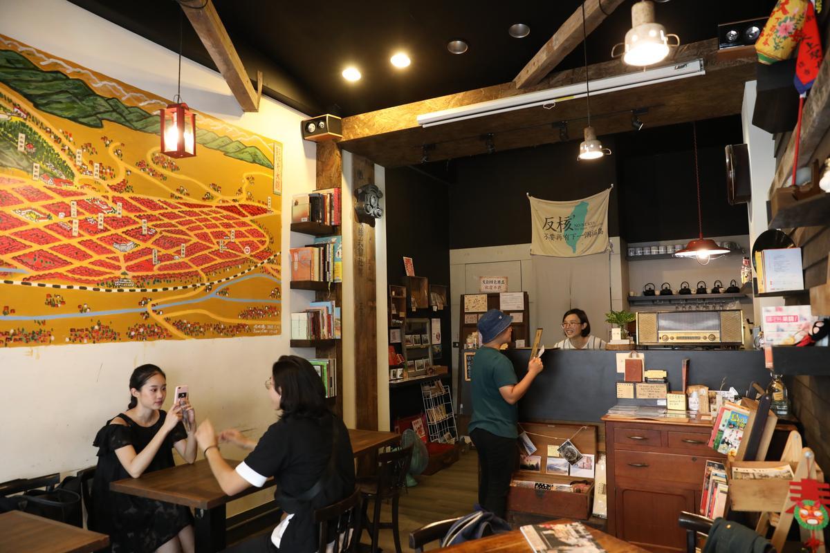 「旅。咖啡」店內空間不大,卻充滿關於旅行的各種元素。