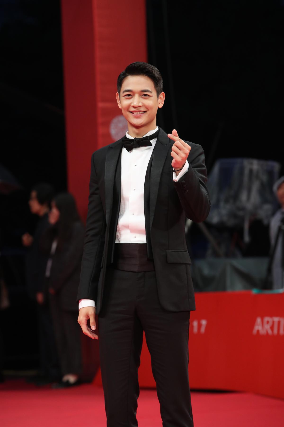 SHINee珉豪出席釜山影展開幕,黑色西裝盡顯帥氣。(東方IC)