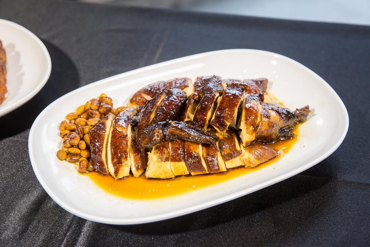 了凡的招牌油雞,呈現焦糖色澤的油亮度,肉質柔嫩鮮美。(半隻雞,350元)