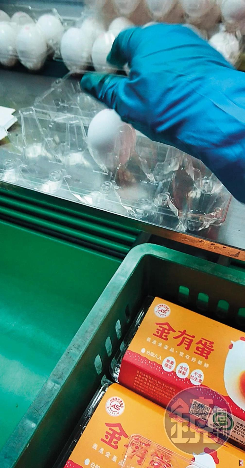 混入新鮮蛋:外型完整的雞蛋混入新鮮蛋品。