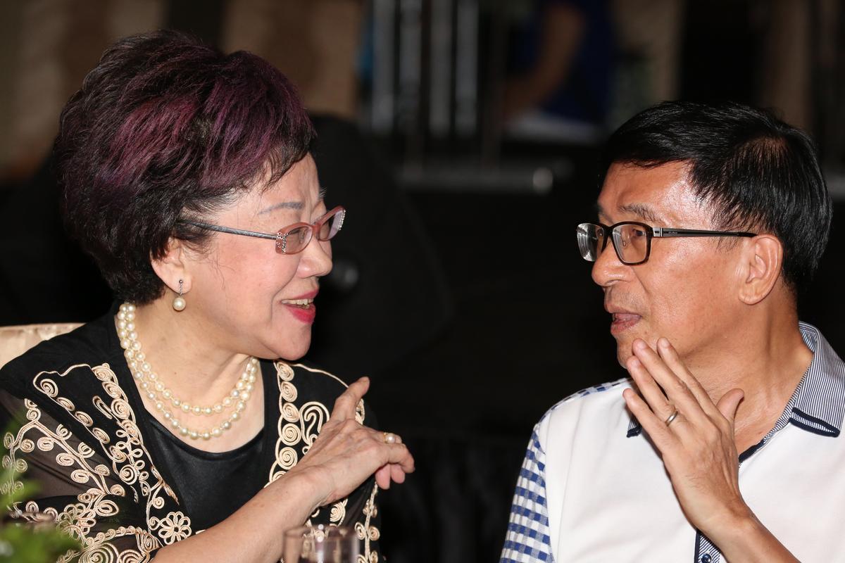 陳水扁與前副總統呂秀蓮交談。