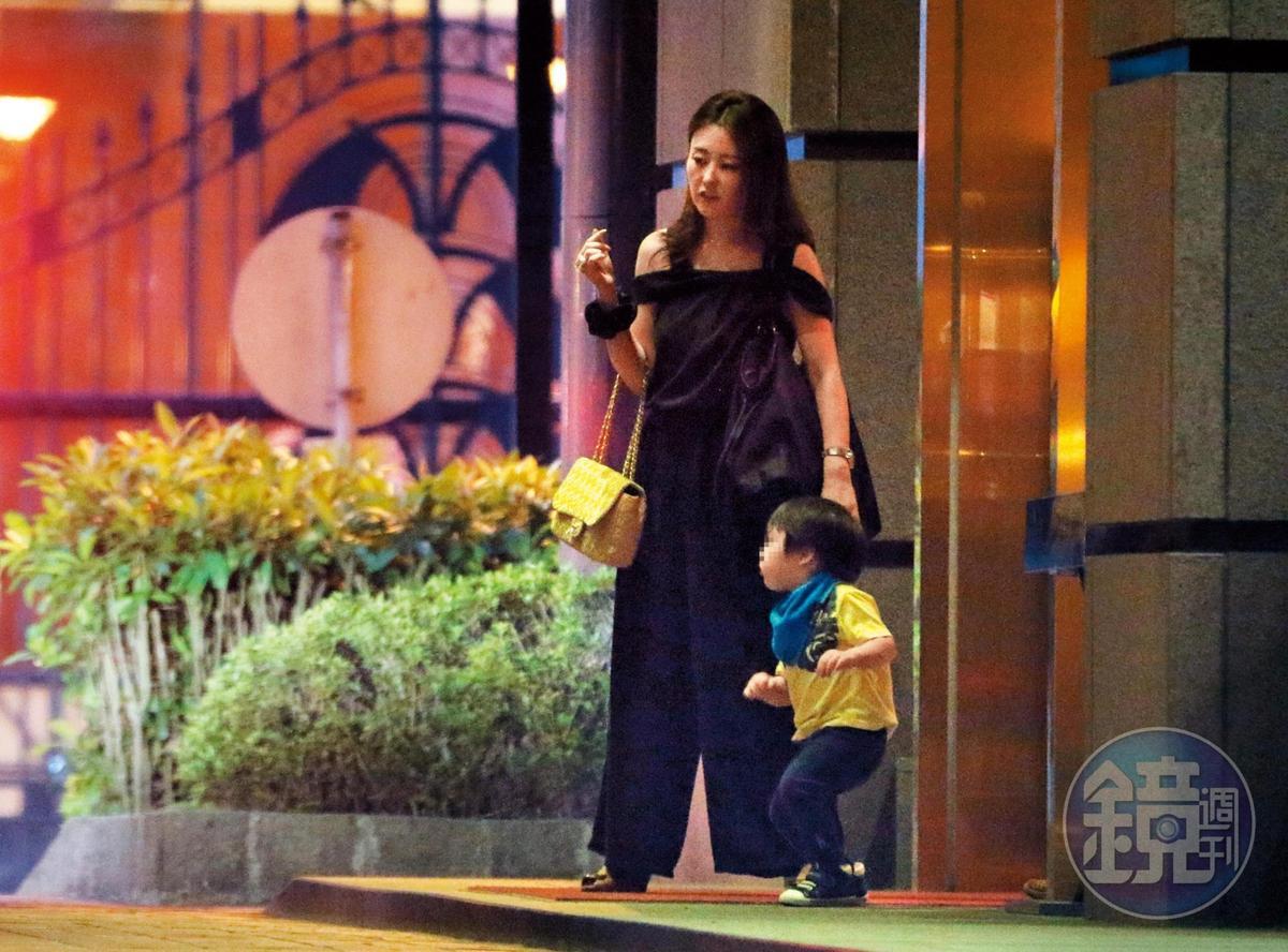 本刊率先爆出麻衣婚姻並不幸福,而且拍到母子2人在台孤單的模樣。如今母子已前往日本,兒子在當地受教育,同時也在王文洋的希望之下學習中文。