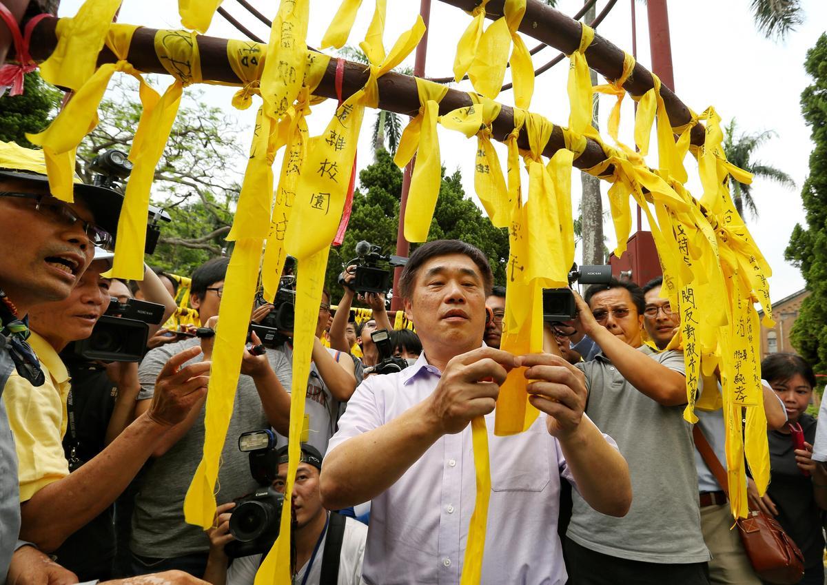 國民黨副主席郝龍斌也現身在台大,並在傅鐘繫上黃絲帶。